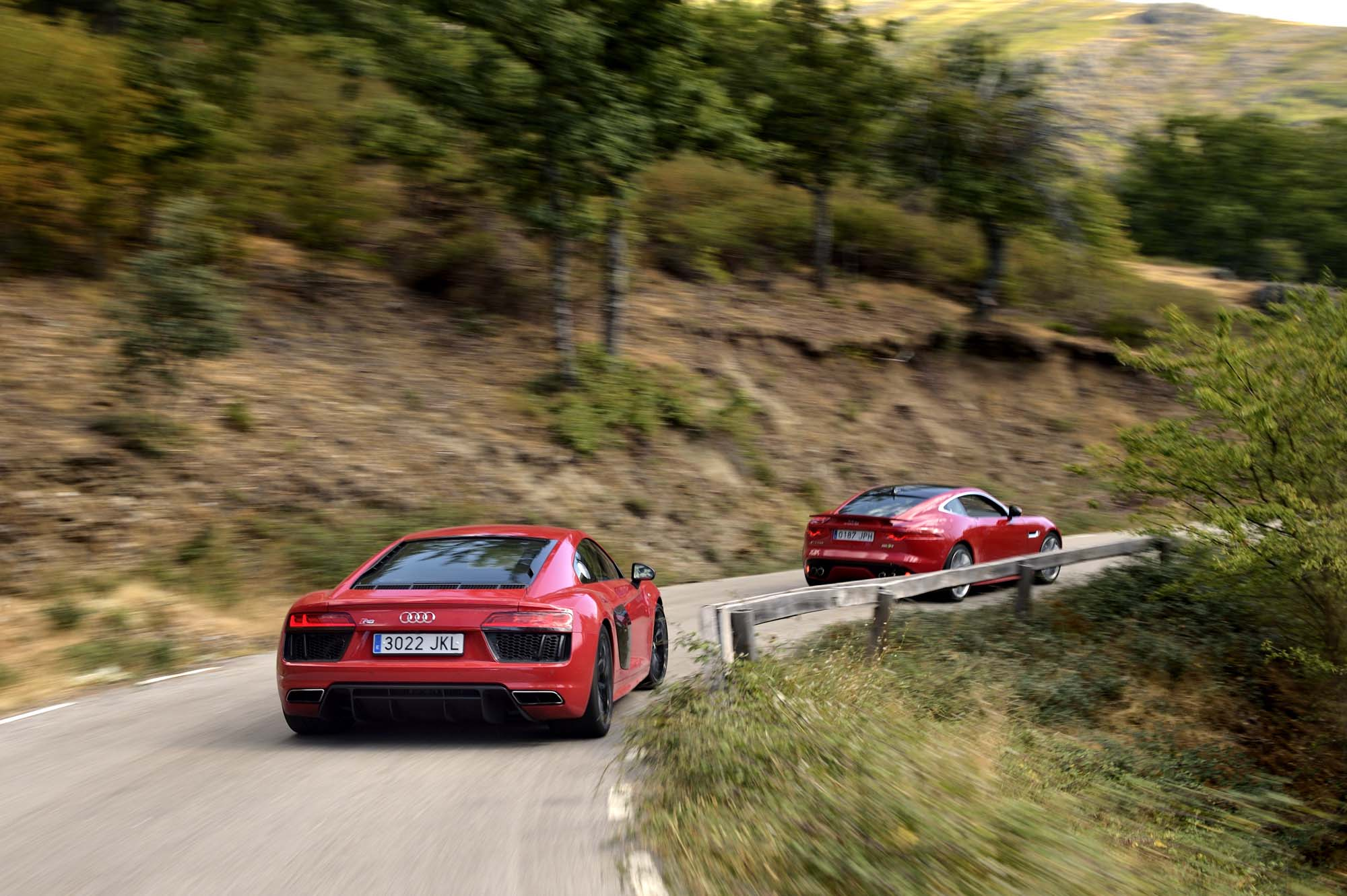 AUDI R8 V10 vs JAGUAR F-TYPE R